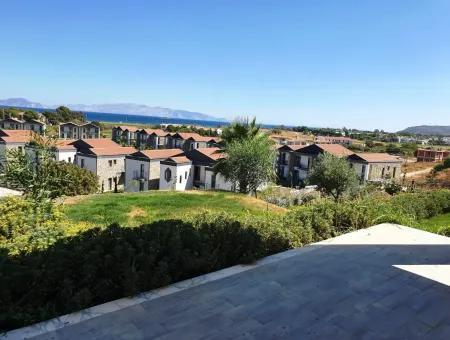 Datça İskele Mahallesinde Deniz Manzaralı Yüzme Havuzlu Site İçerisinde 2+1 Lüks Daire Satılıktır.